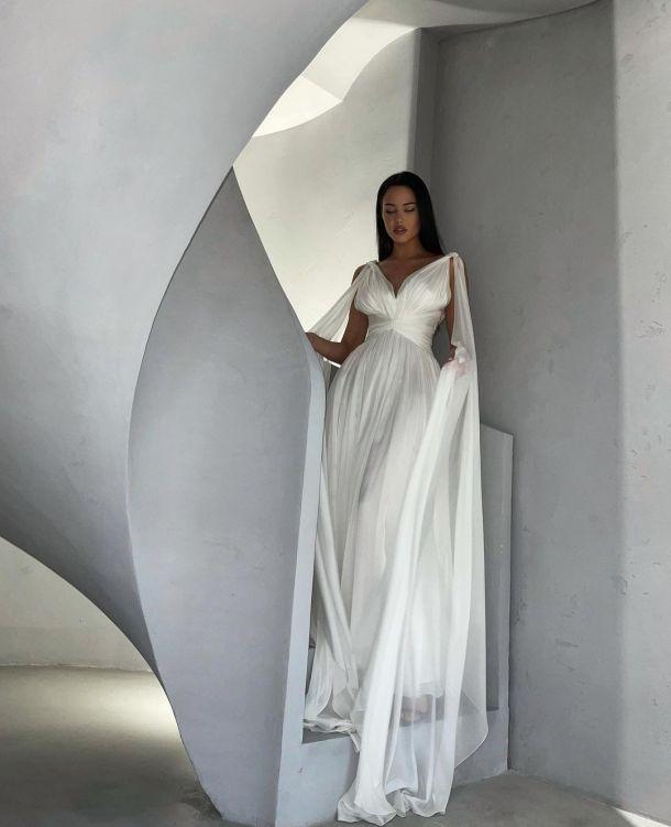 Анастасия Решетова снялась в платье невесты