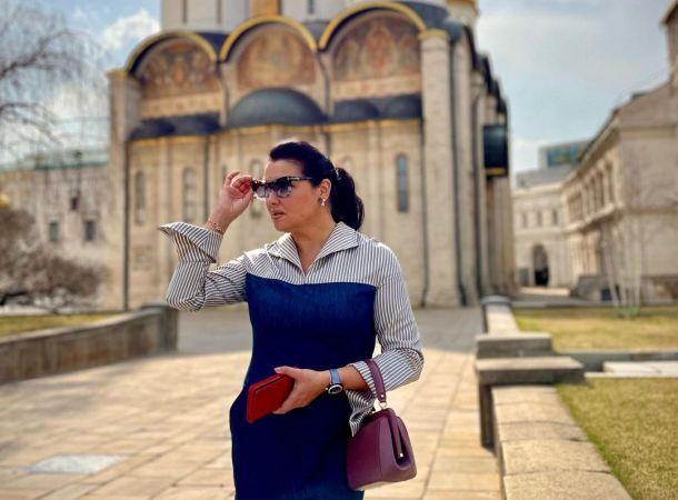 Анна Нетребко похулиганила на прогулке в плаще оттенка «гоголь-моголь»