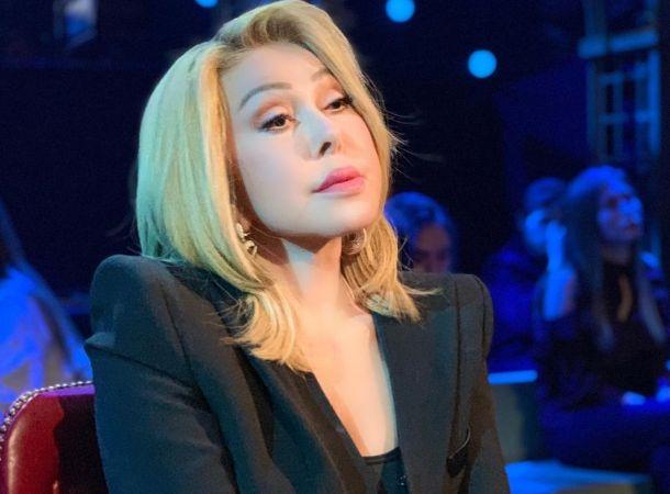 Молодой директор Любови Успенской сделал ей массаж прямо на публике