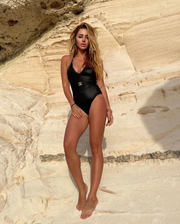 Жена Александра Реввы восхитила формами в купальнике, превзошедшем бикини