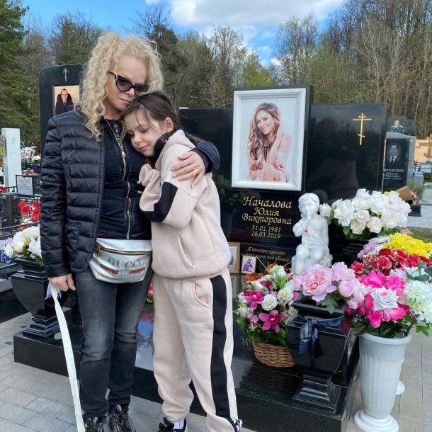Лариса Долина с внучкой снялись на фоне могилы Юлии Началовой