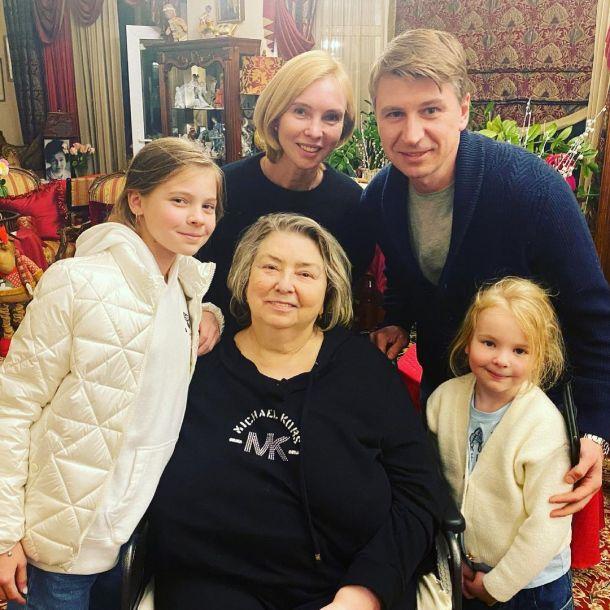 Алексей Ягудин и Татьяна Тотьмянина нанесли визит занедужившей Тарасовой