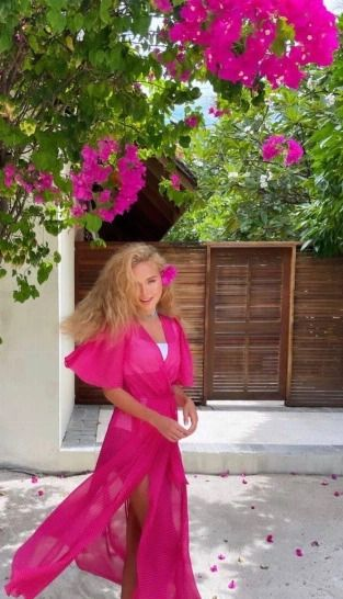 Стефания Маликова сверкнула стройными ножками в полупрозрачном платье «взбесившаяся Барби»