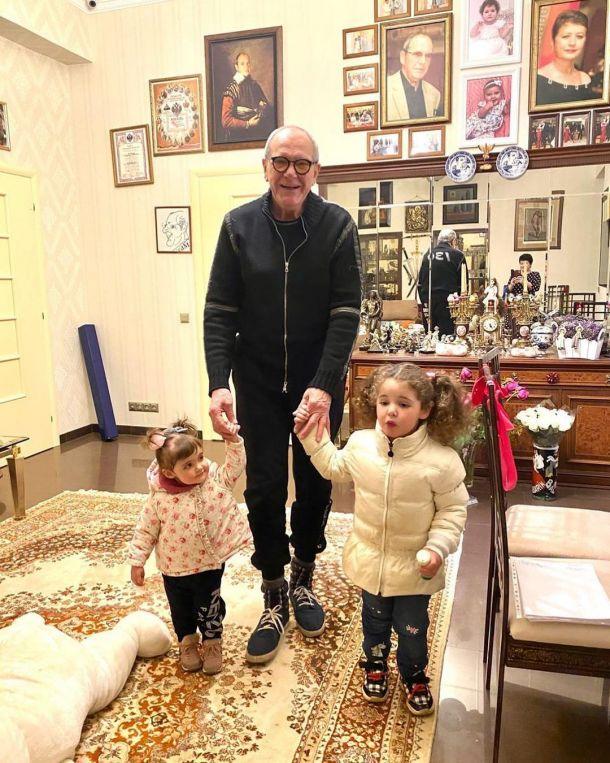 Эммануил Виторган показал подросших дочек