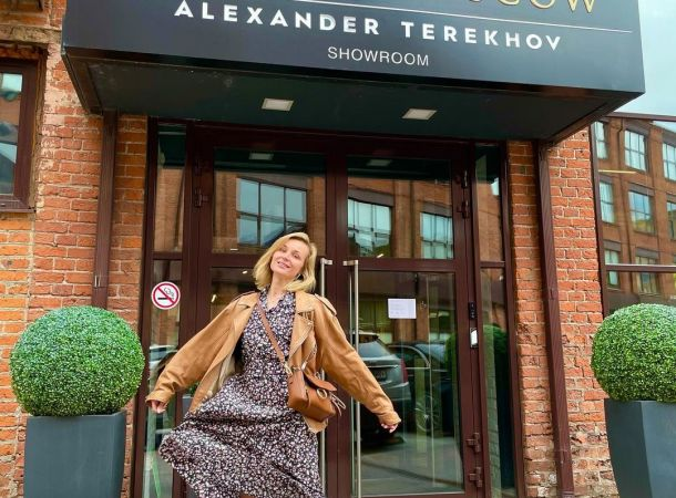Полина Гагарина примерила антиженственные сандалии «дяди Гены»