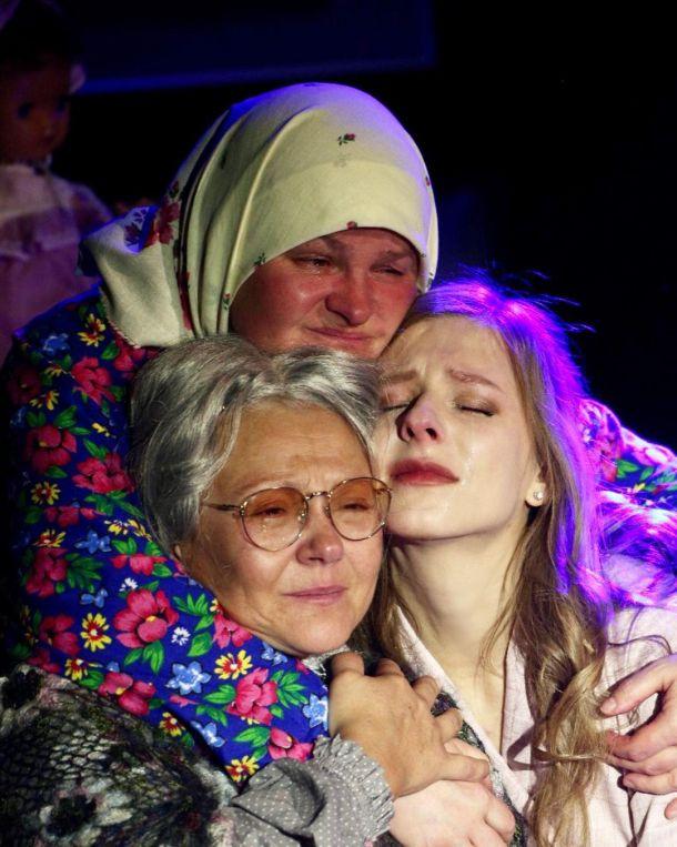 Лиза Арзамасова разрыдалась на сцене театра