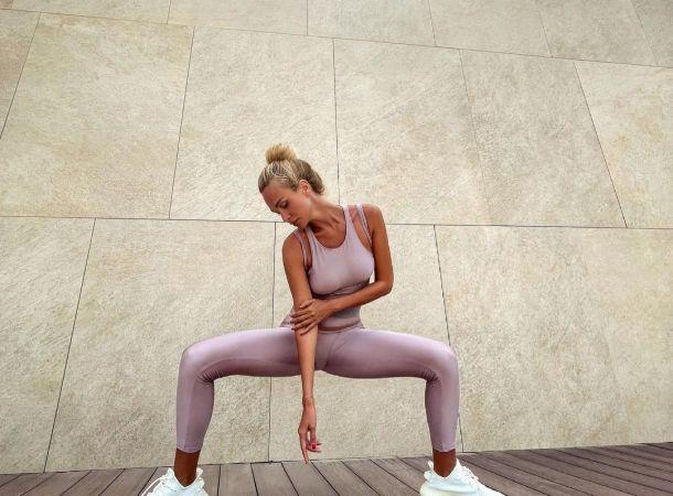 Виктория Лопырева продемонстрировала бесконечные ноги в мини с подтяжками