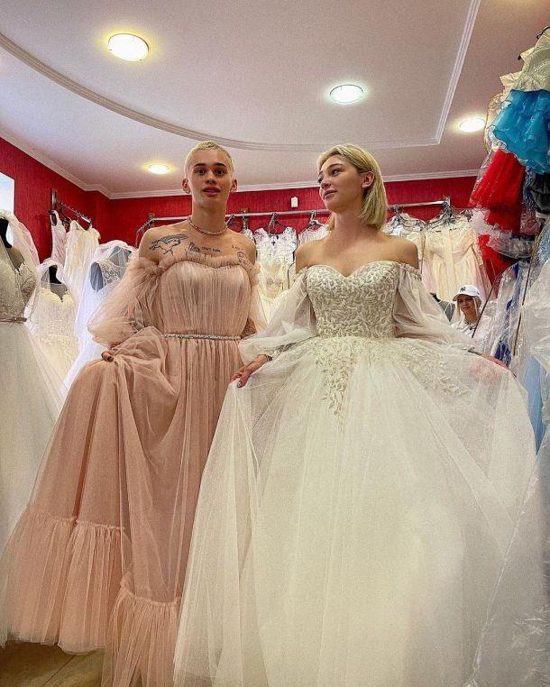 Даня Милохин помог Насте Ивлеевой выбрать свадебное платье