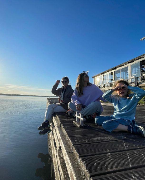 Простые забавы: Агата Муцениеце расслабилась на берегу Волги