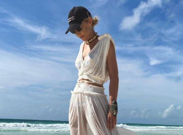 Ксения Собчак в полупрозрачном платье позировала на мексиканском побережье