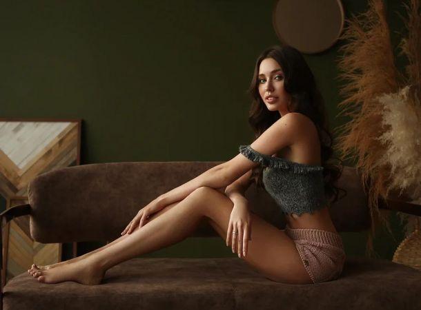 Анастасия Костенко примерила нежное платье с кружевом