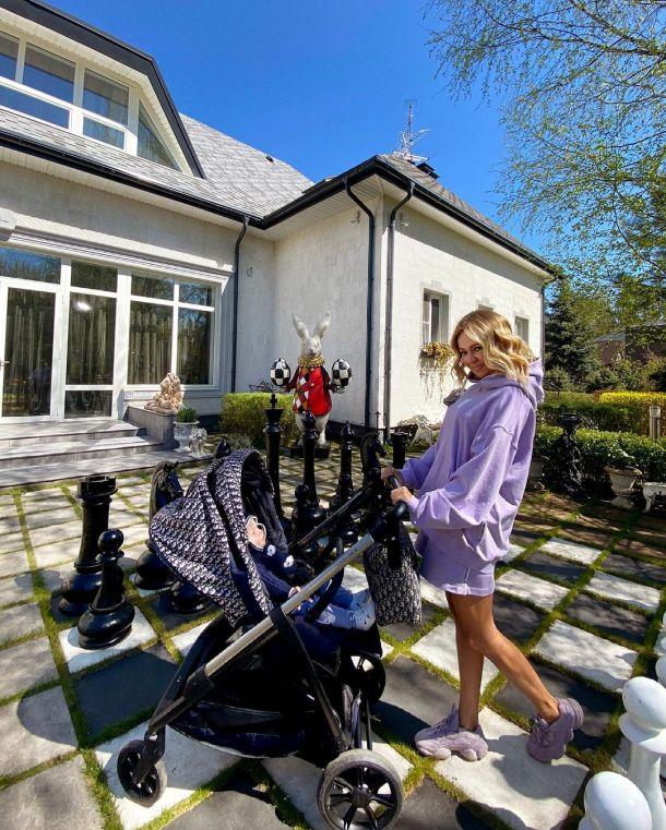 Яна Рудковская похвасталась новой коляской за 4 тысячи евро