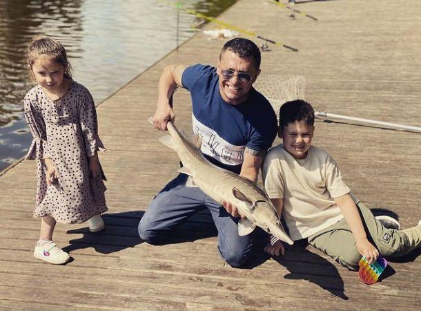 Павел Прилучный отвез детей на рыбалку