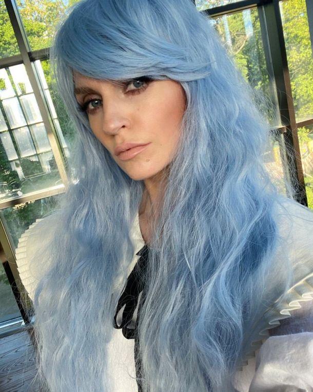 Саша Савельева с голубыми волосами озадачила поклонников