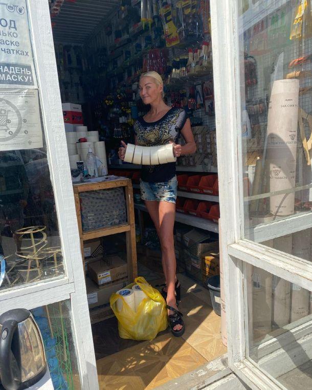 Анастасию Волочкову в безвкусной одежде приняли за продавщицу