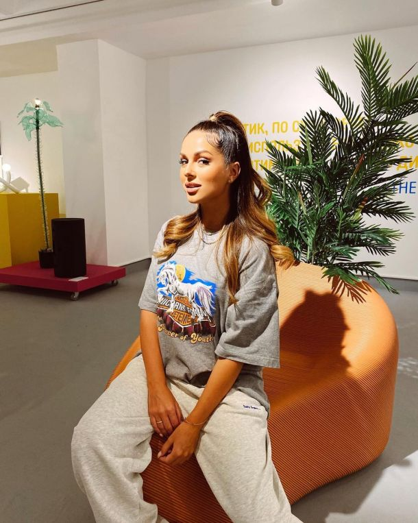 Нюша засветилась на выставке в джоггерах самого трендового оттенка
