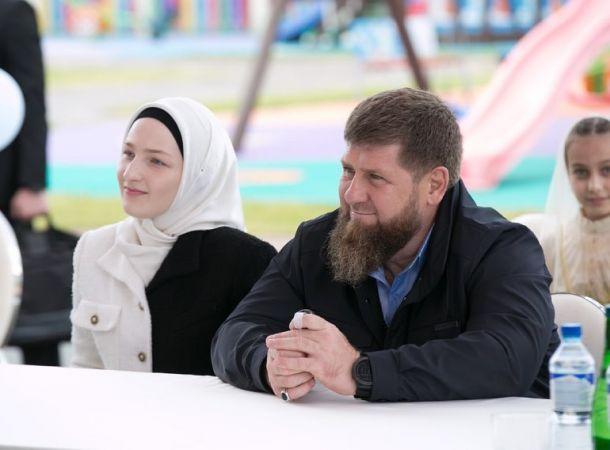Жена Рамзана Кадырова показала семейный кадр с выпускного дочери