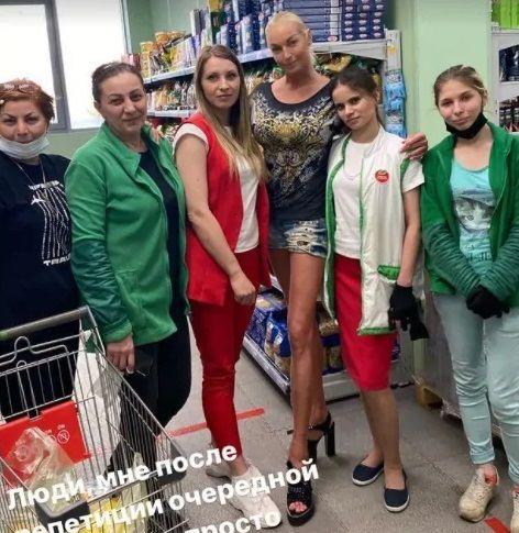 """Анастасия Волочкова начала закупаться в """"Пятерочке"""""""
