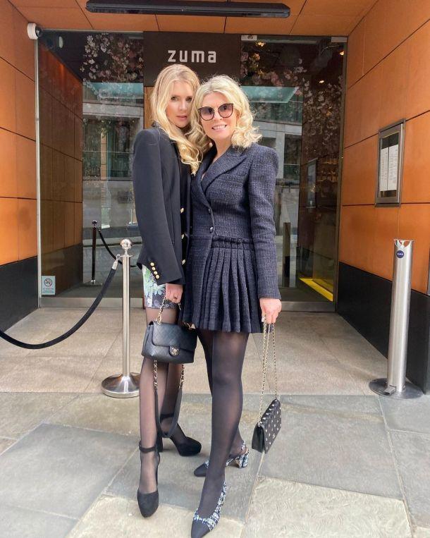 59-летняя Эмма Малинина сверкнула стройными ножками в мини