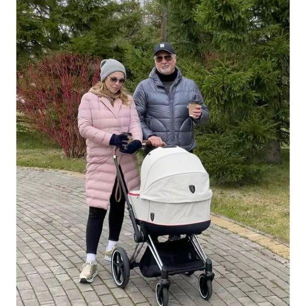 Альбина Джанабаева показала, в каких условиях растит новорожденную дочь