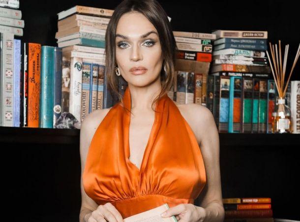 Алена Водонаева заявилась на кладбище в откровенном платье с декольте