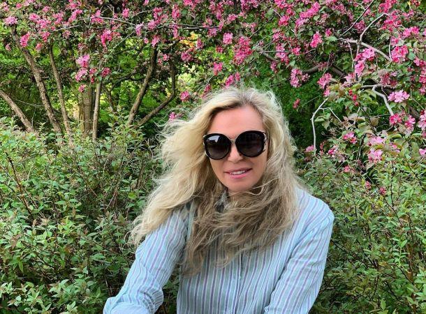 Жена Валентина Юдашкина посетила театр в джинсах и кедах