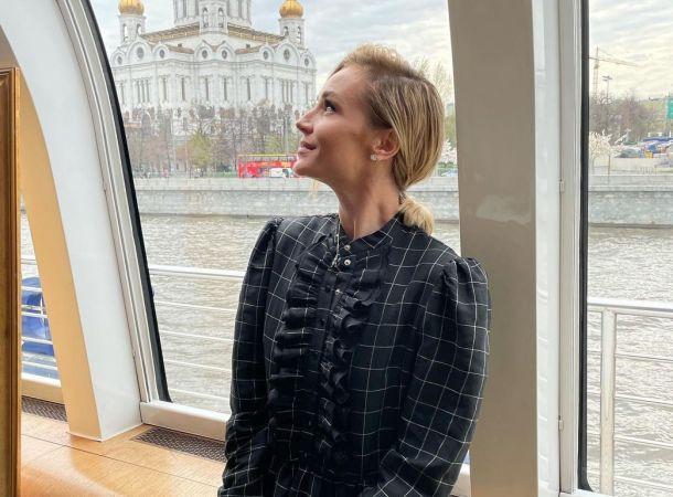 Полина Гагарина отдыхает в компании мужчины, что сопровождал ее на премии МУЗ-ТВ
