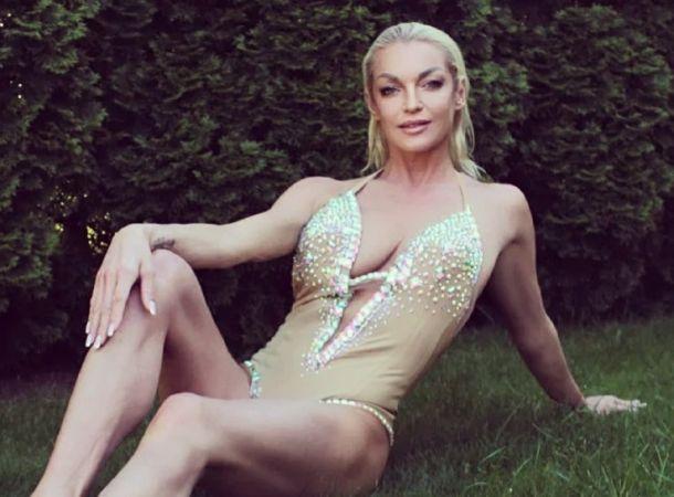 Анастасия Волочкова показала роскошные ноги в пикантной фотосессии