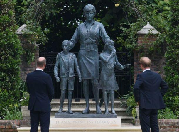 Принцы Уильям и Гарри официально открыли памятник погибшей матери