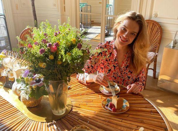 Наталья Водянова подчеркнула природную красоту мерцающим платьем
