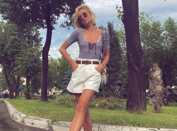 Полина Гагарина в полосатом мини-комбинезоне отправилась на пляж походкой от бедра