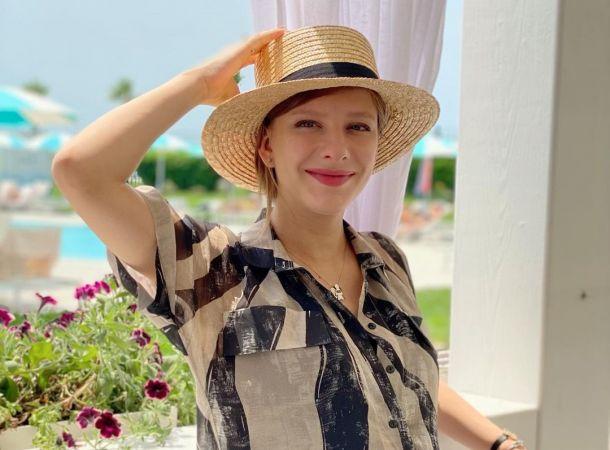 Лиза Арзамасова подчеркнула беременность платьем с открытой спиной