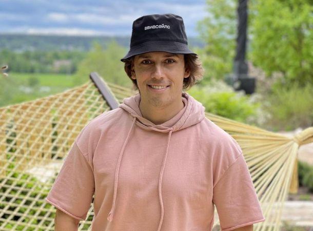 Максим Галкин провел экскурсию в саду возле своего замка